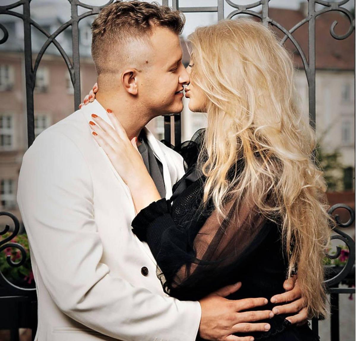 Przytuleni Dawid Narożny i Joanna