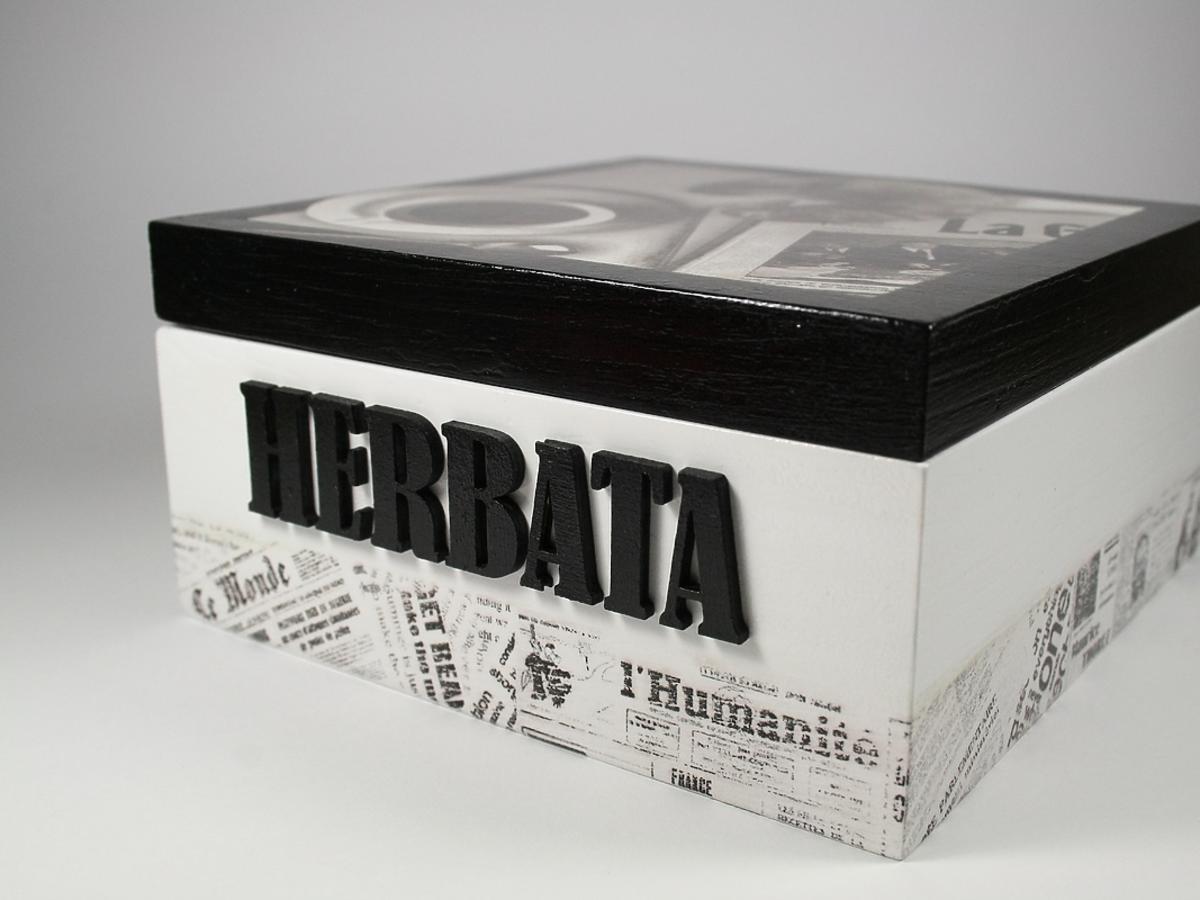 "Pudełko z napisem ""herbata""."