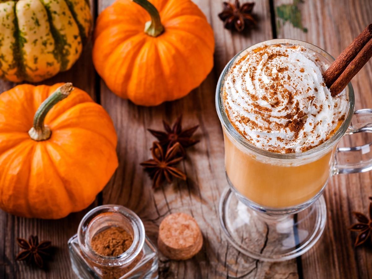 Pumpkin spice latte – jak przyrządzić jesienną kawę w domu?