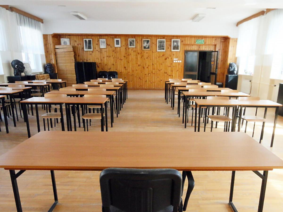 Puste ławki w szkole