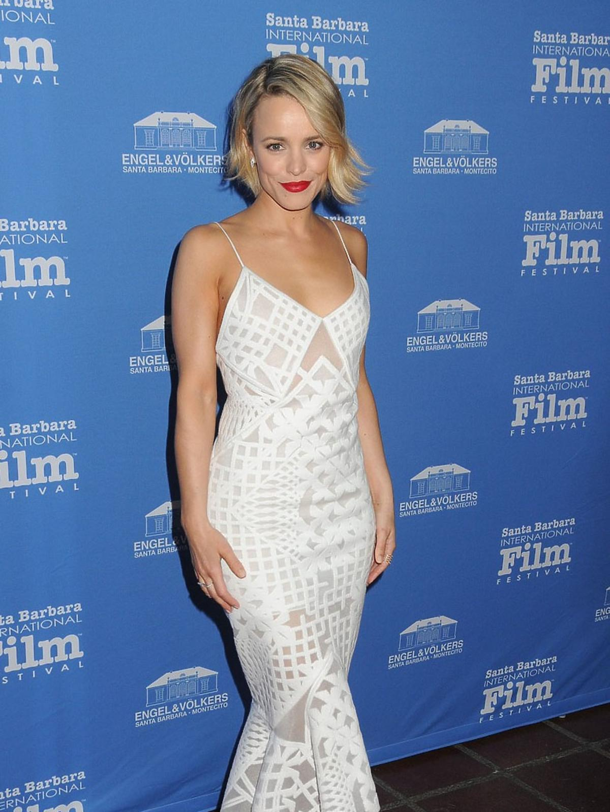 Rachel McAdams w białej sukni we wzory