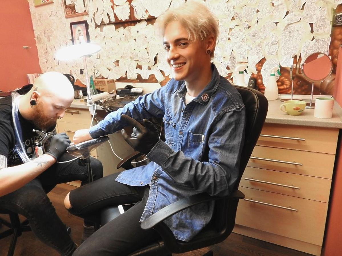 Radek Pestka robi sobie tatuaż