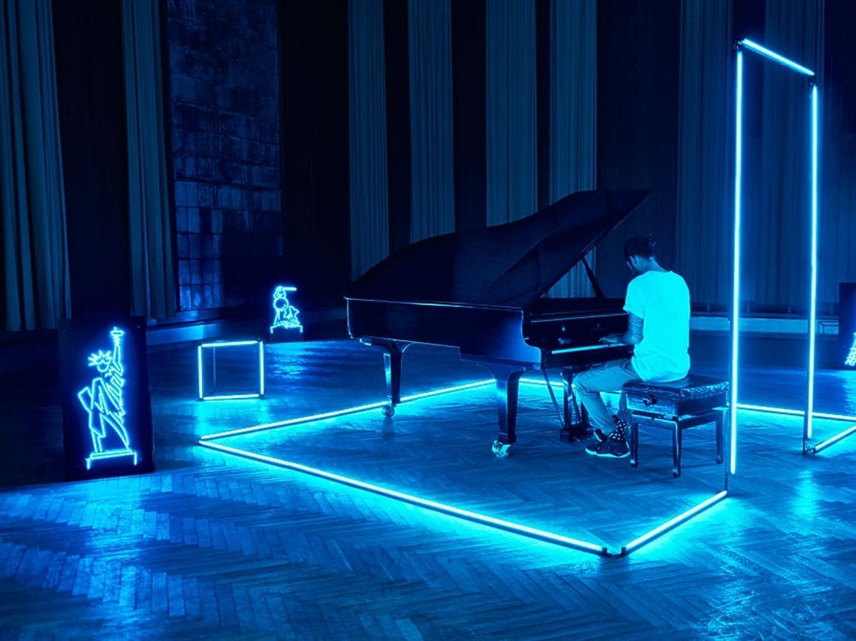 Radzimir Dębski przy fortepianie