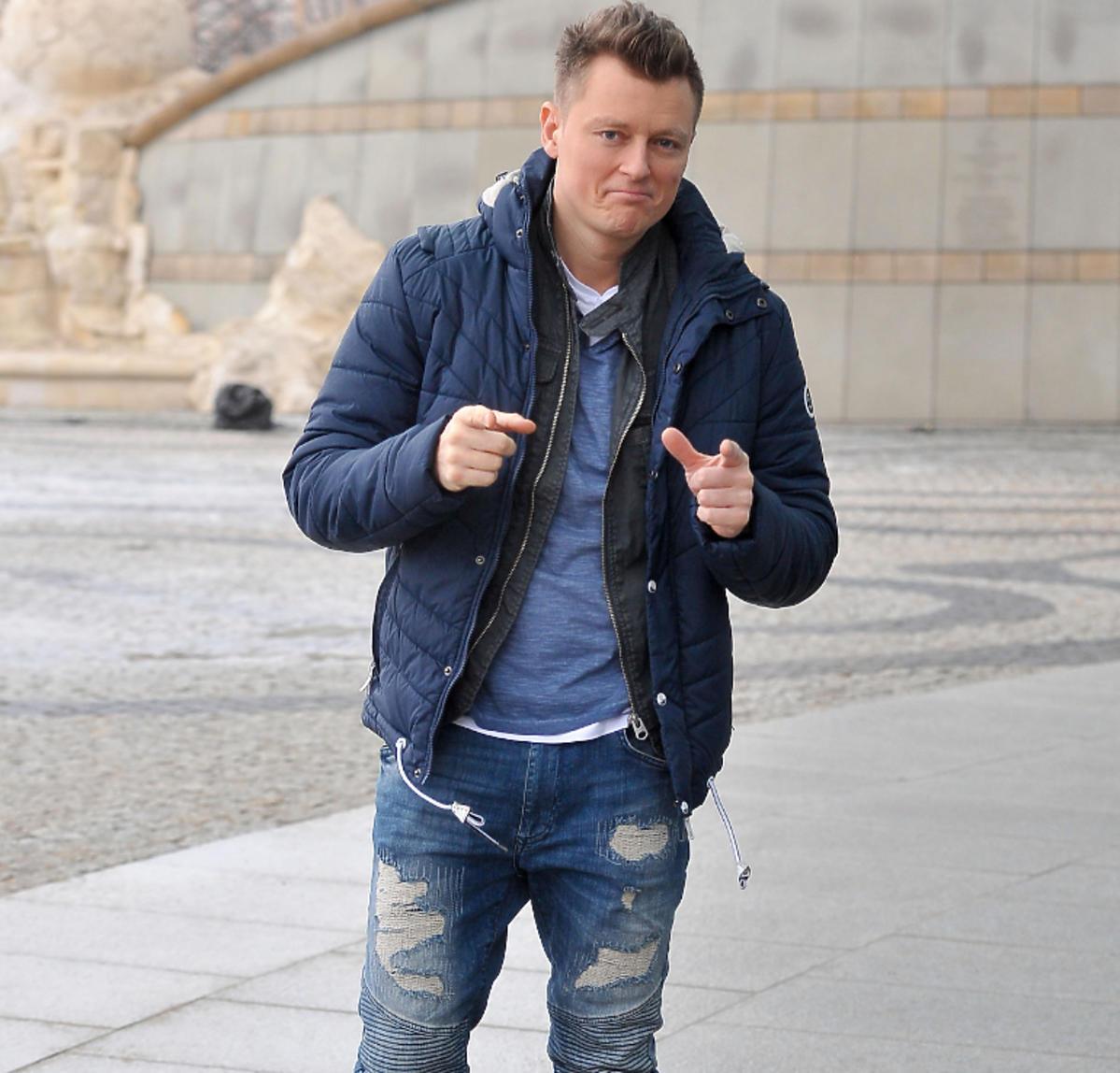 Rafał Brzozowski przed siedzibą TVP