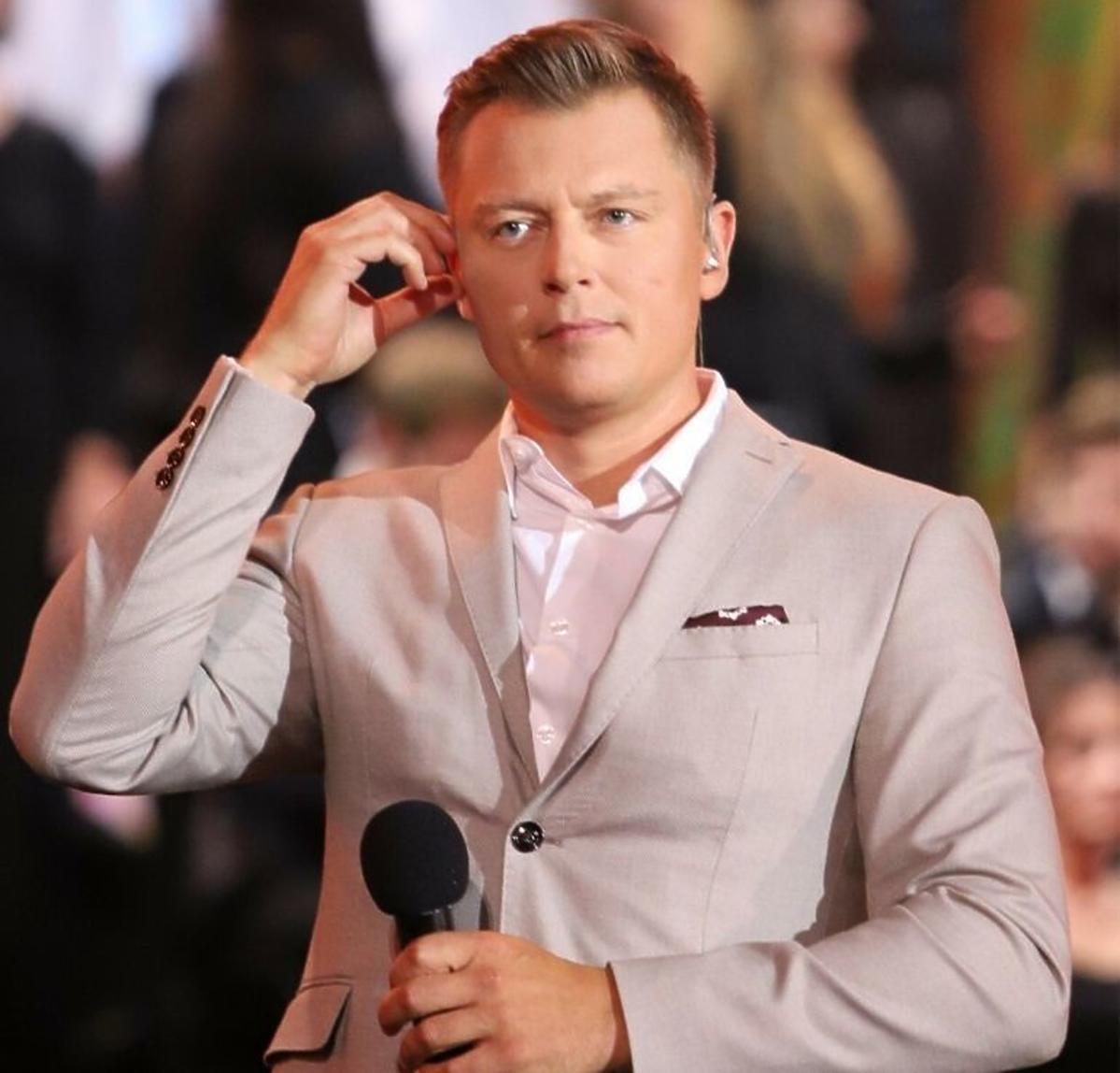 Rafał Brzozowski w jasnej marynarce