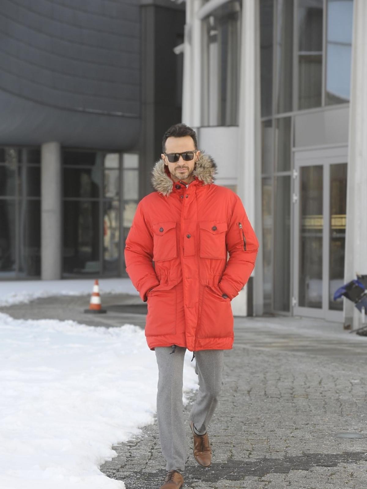 Rafał Cieszyński w pomatańczowej kurtce