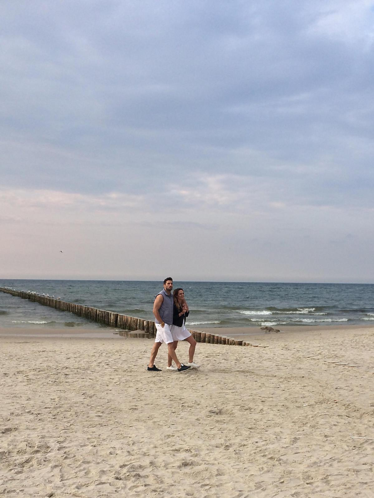 Rafał Maślak i Kamila Nicpoń na plaży