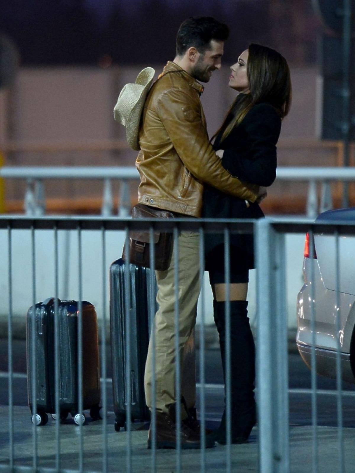 Rafał Maślak i Kamila Nicpoń  się całują na lotnisku