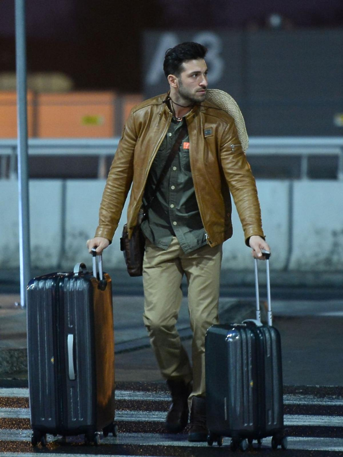 Rafał Maślak z walizkami na lotnisku