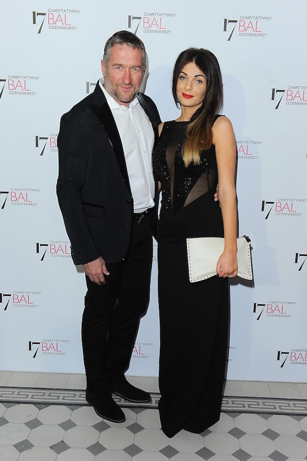 Rafał Sonik w czarnym garniturze i Karolina Solowow w czarnej sukience