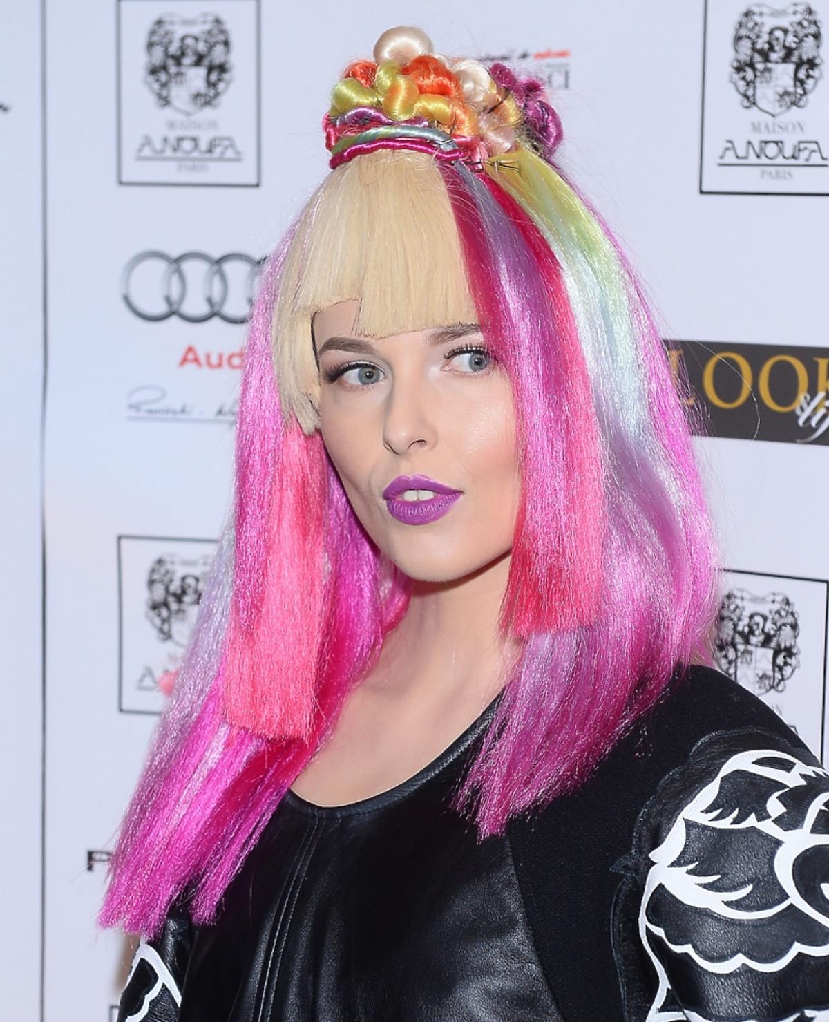 Ramona Rey w różowo-fioletowych włosach