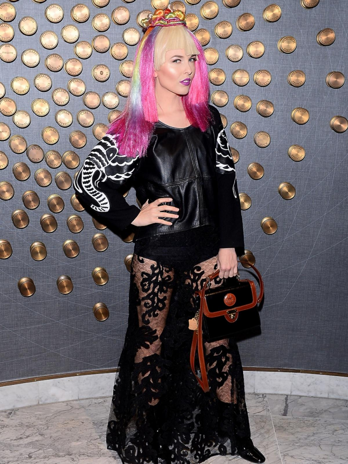 Ramona Rey w różowych włosach i czarnej przezroczystej stylizacji