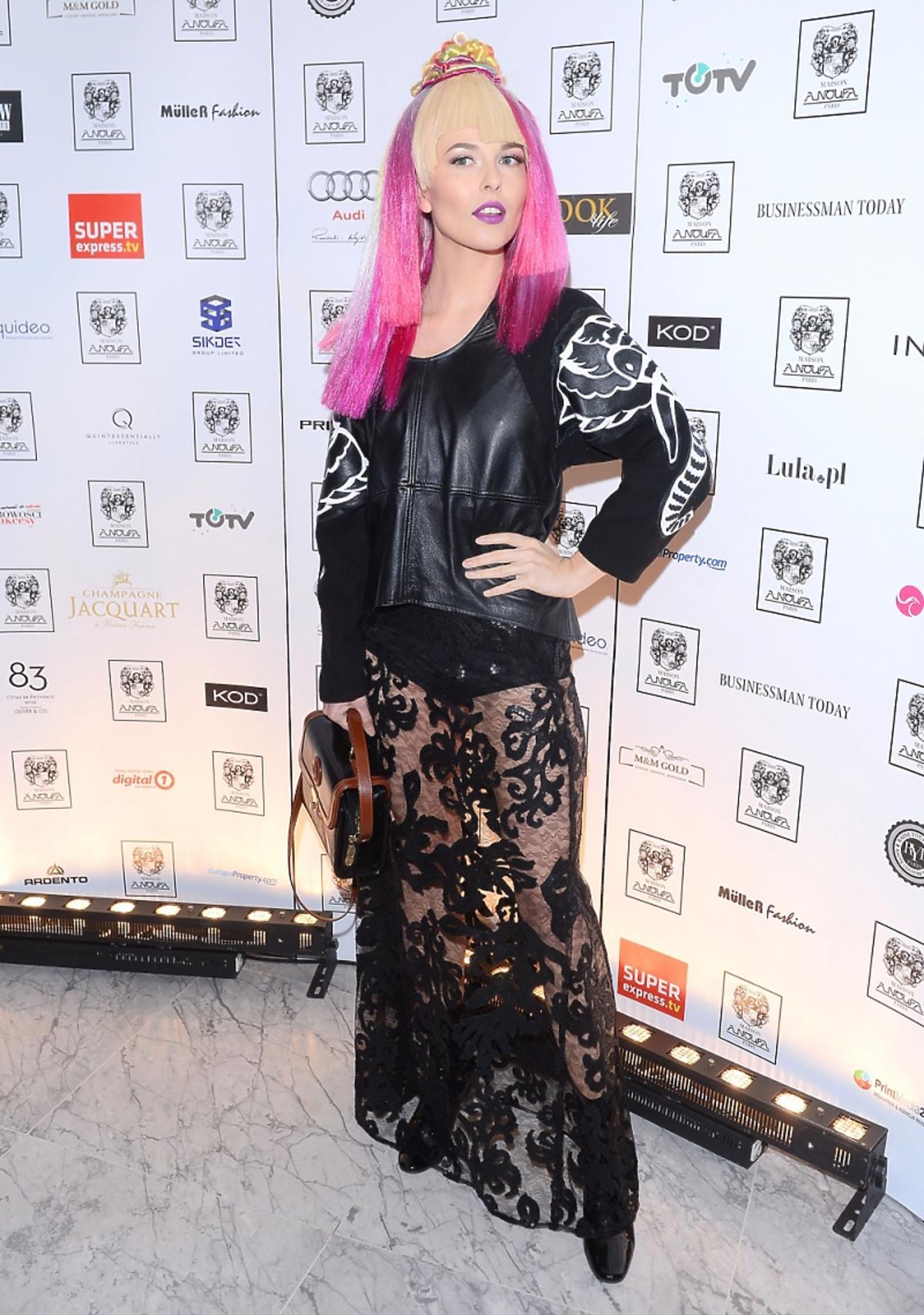 Ramona Rey w różowych włosach i czarnej przezroczystej stylizacji z koronki