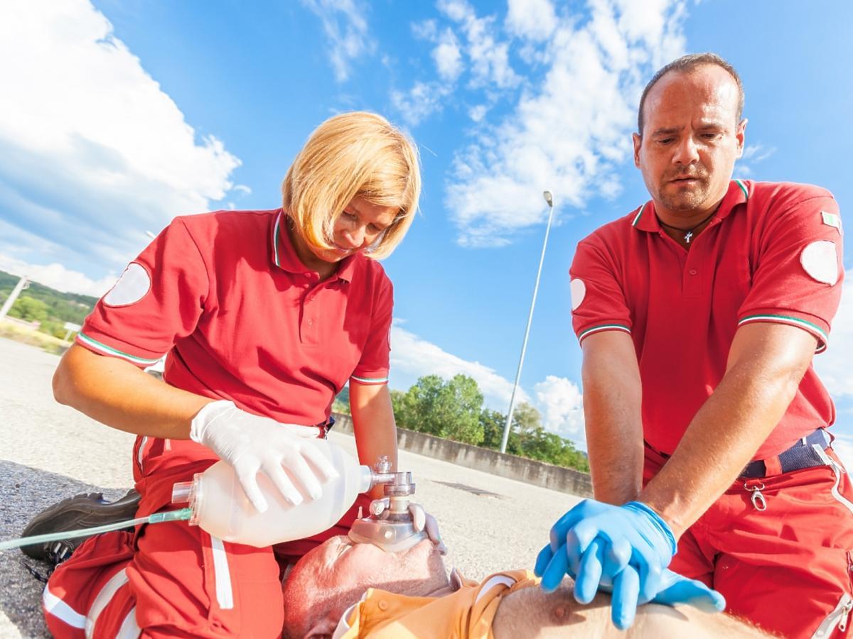 ratownicy medyczni udzielają pierwszej pomocy