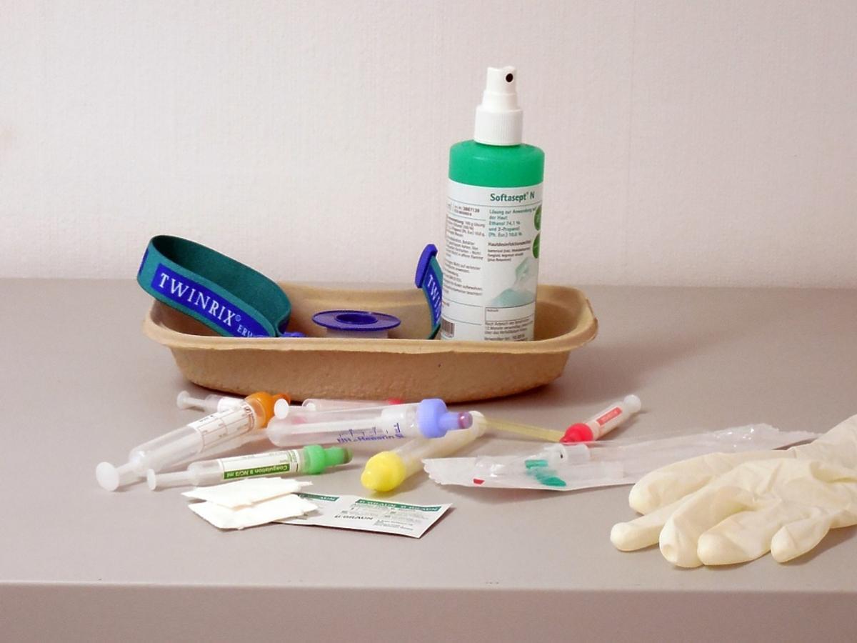 rękawice, strzykawki i inne akcesoria medyczne