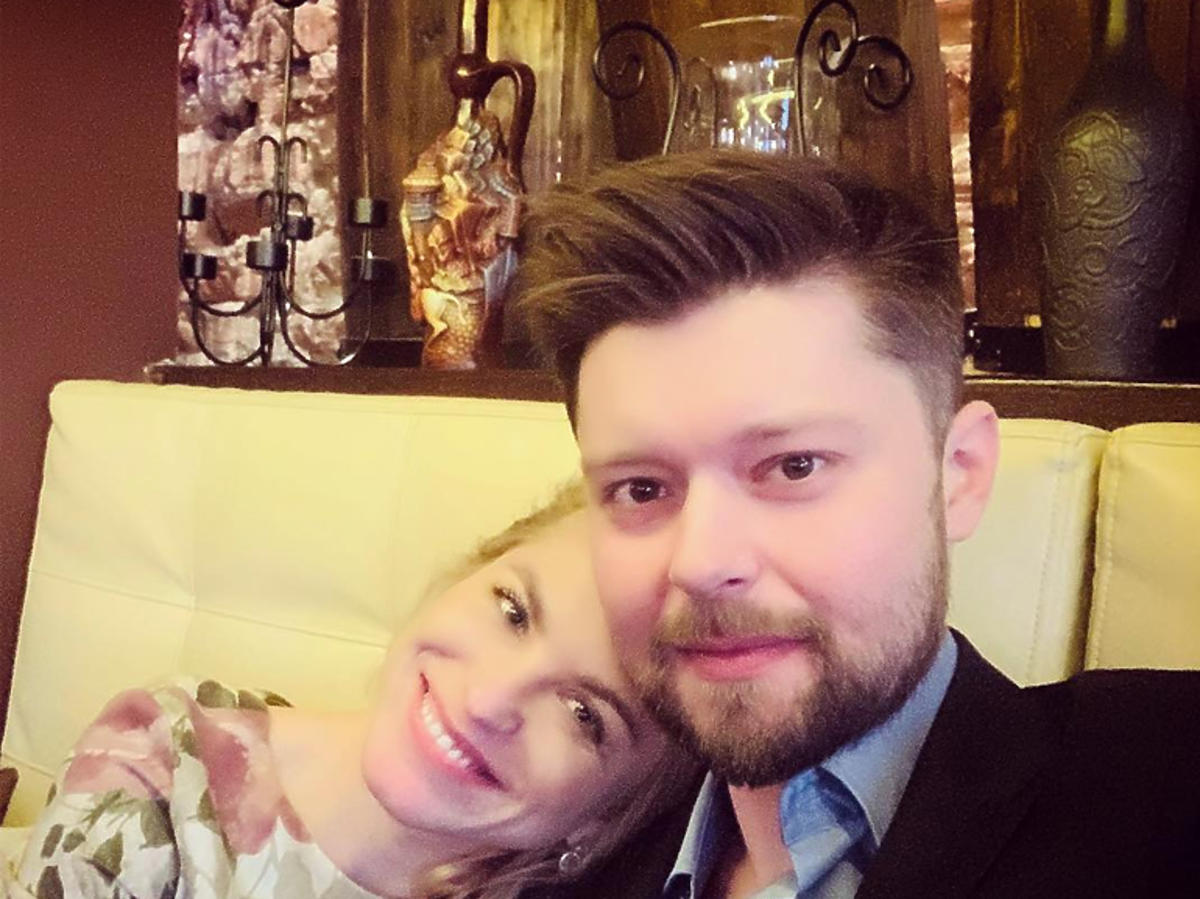 Remigiusz Mróz i Katarzyna Bonda przytulają się