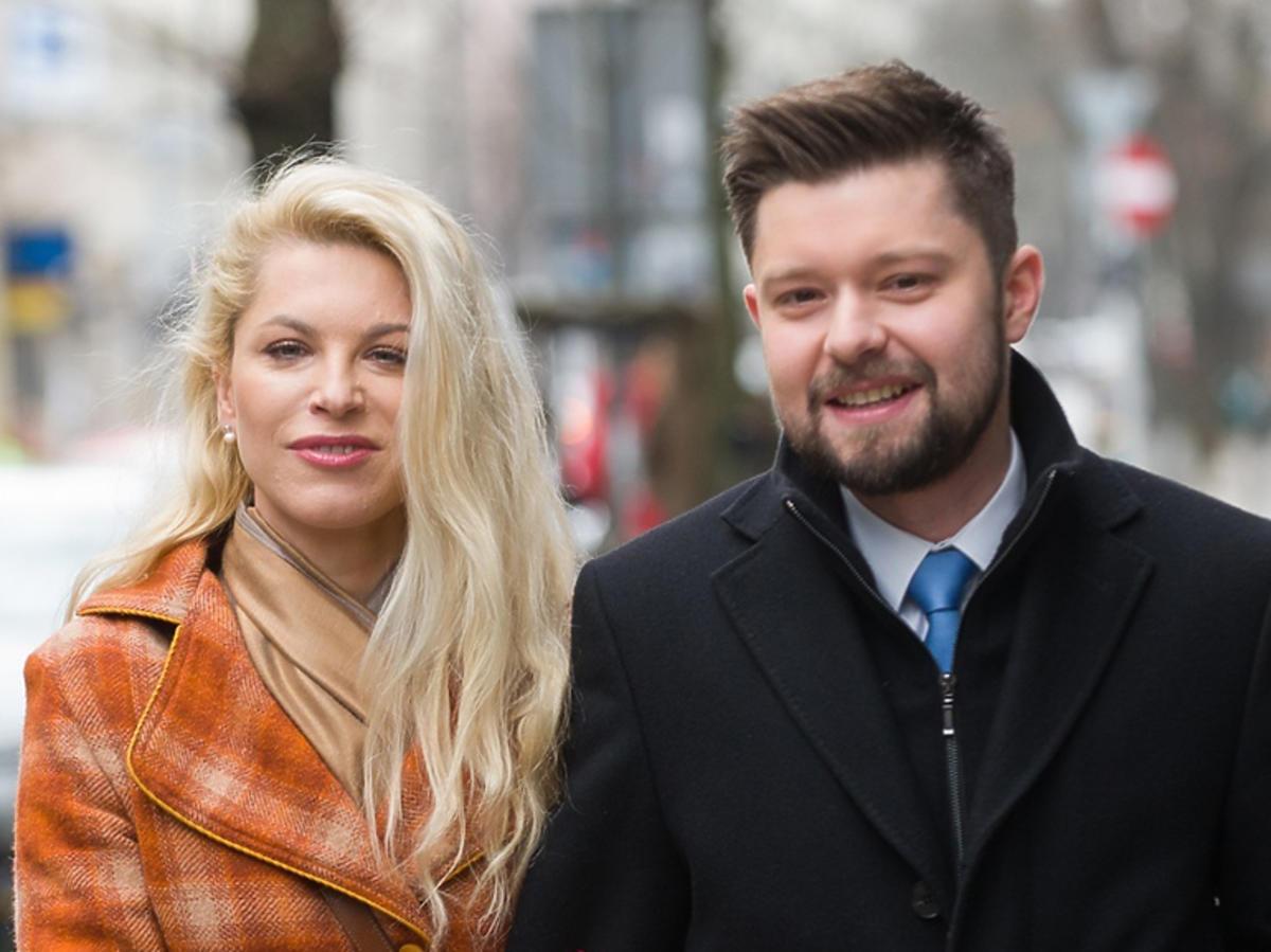 Remigiusz Mróz i Katarzyna Bonda wychodzą objęci ze studia Dzień dobry TVN