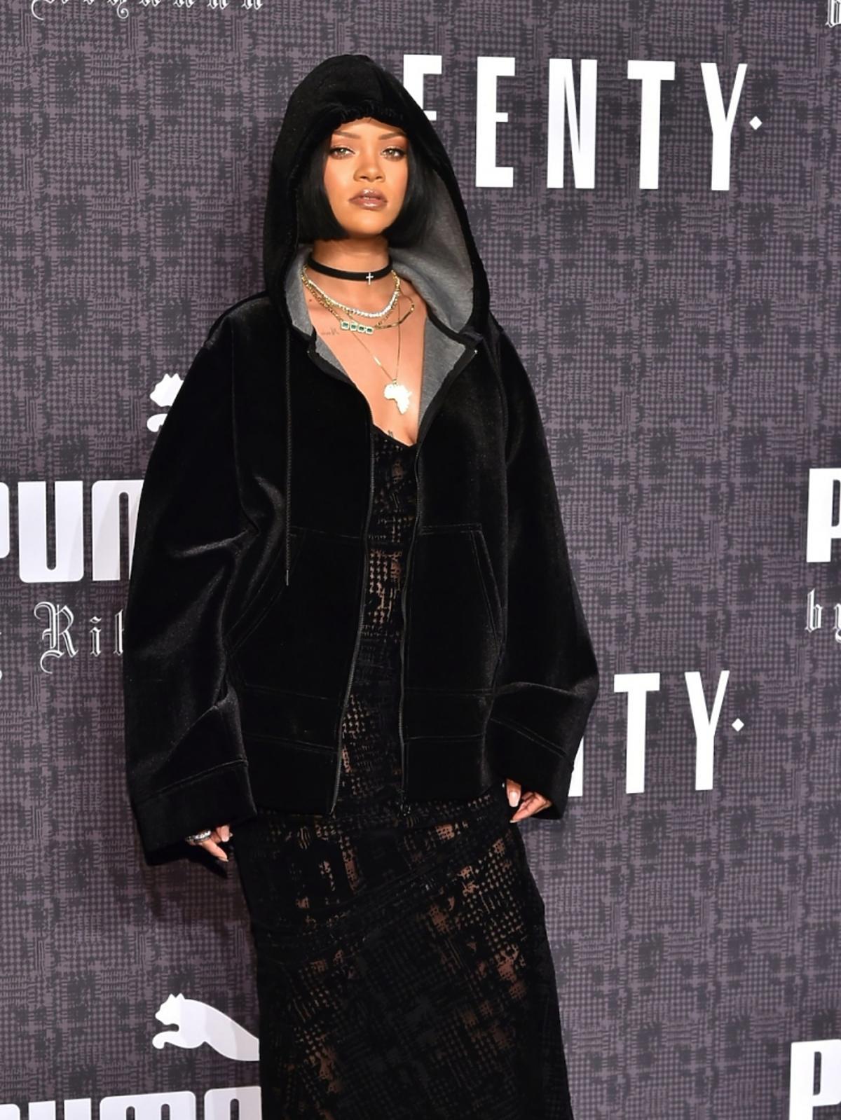 Rihanna w czarnym dresie z kapturem