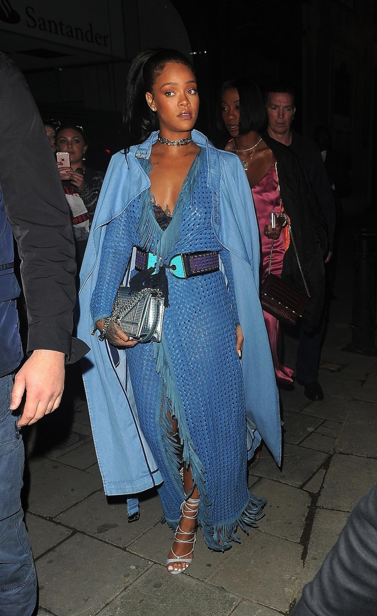 Rihanna w długiej niebieskiej sukience i płaszczu