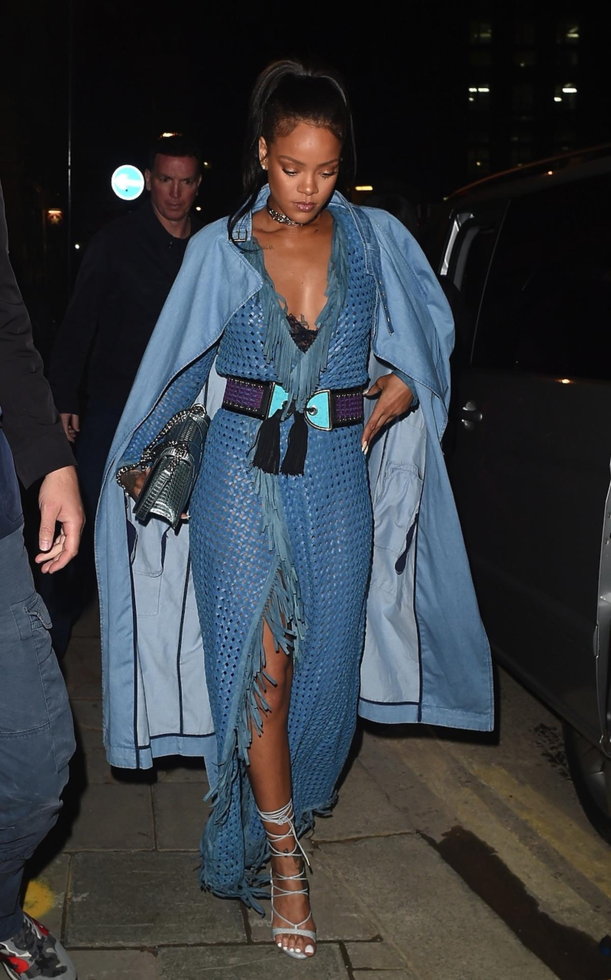 Rihanna w dżinsowym płaszczu i sukience