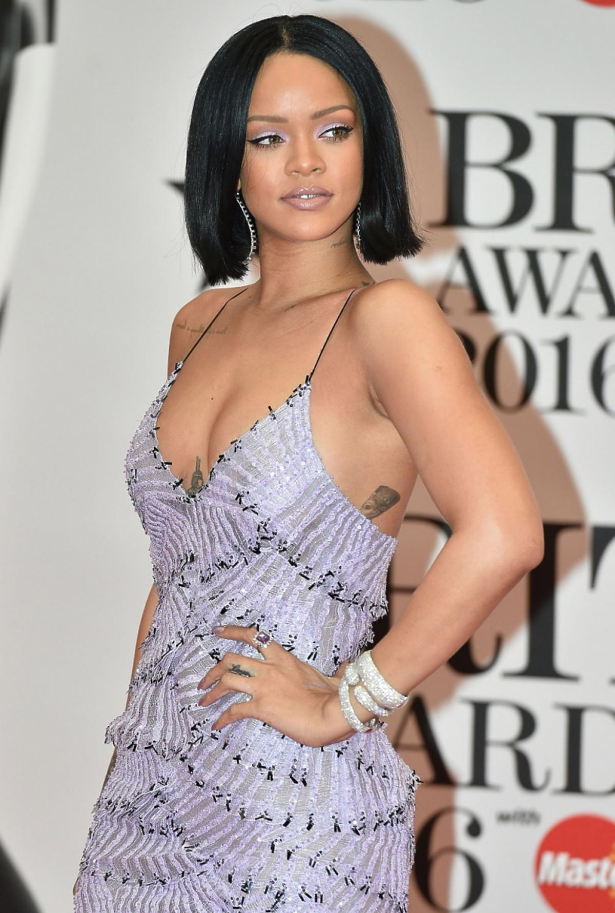 Rihanna w fioletowej sukience