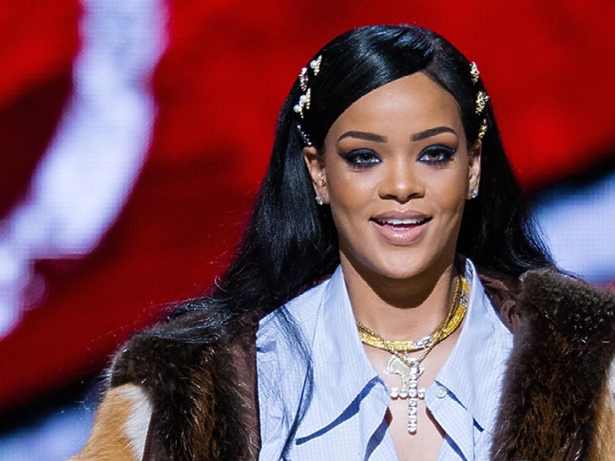 Rihanna w koszuli, futrze i ze złotymi ozdobami we włosach