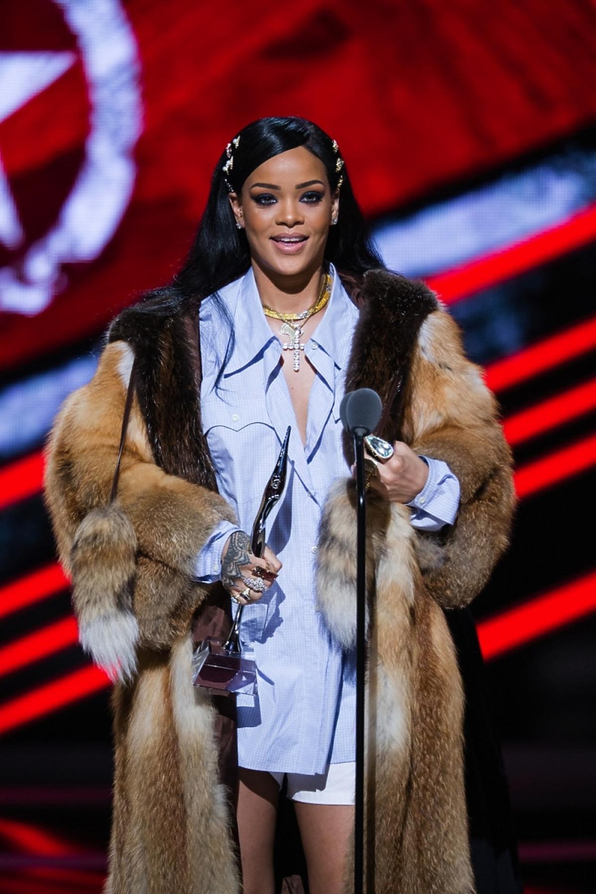 Rihanna w koszuli, szortach i futrach