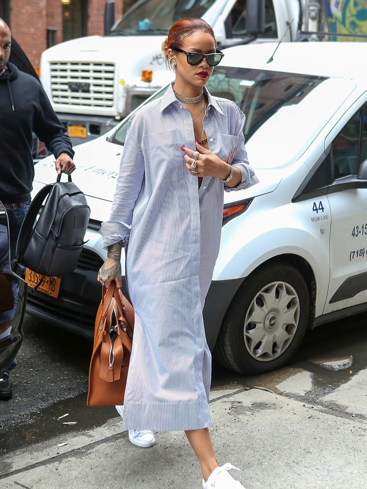 Rihanna w koszulowej długiej sukience i sportowych butach