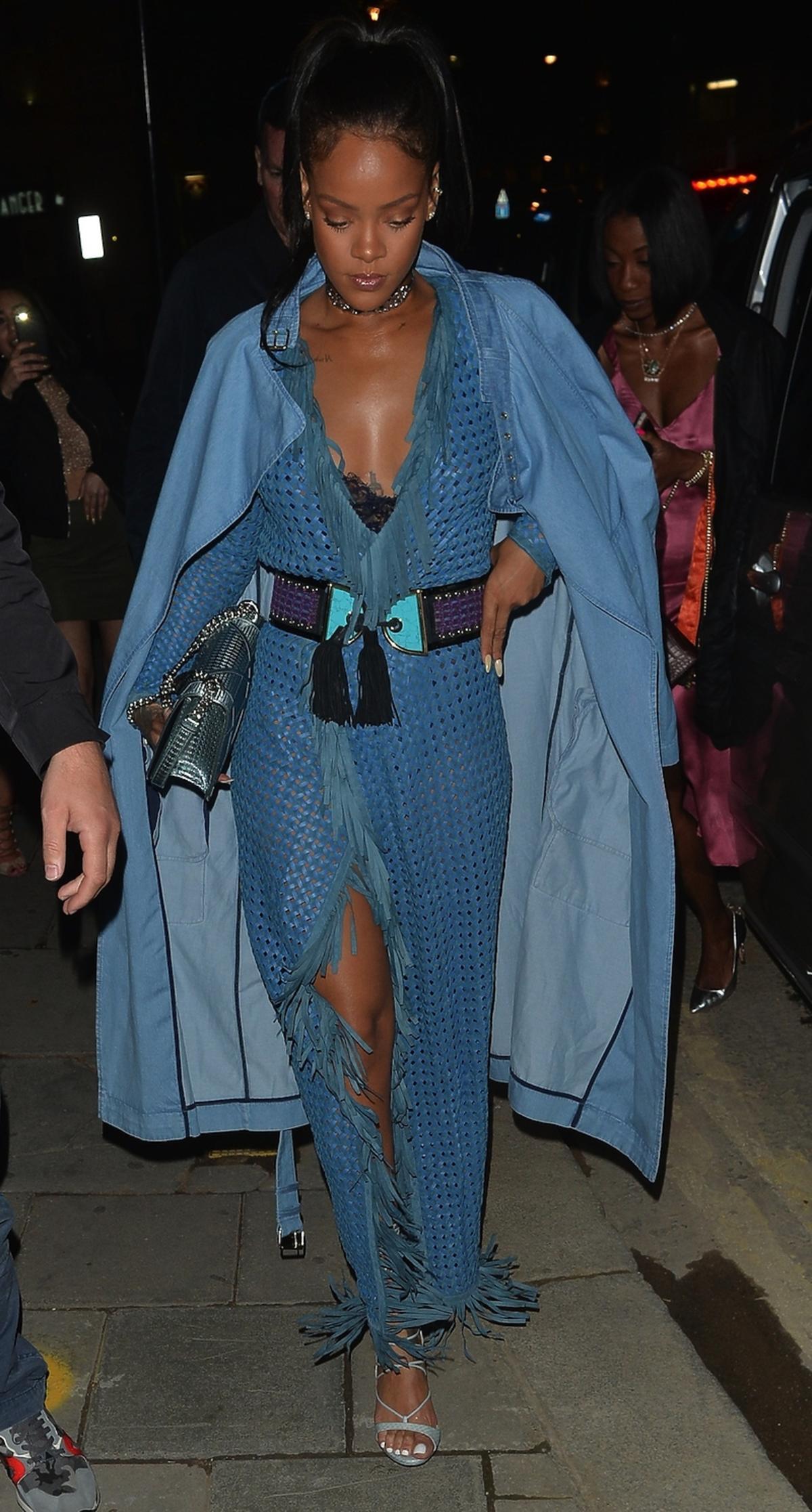 Rihanna w niebieskiej sukience i płaszczu długim