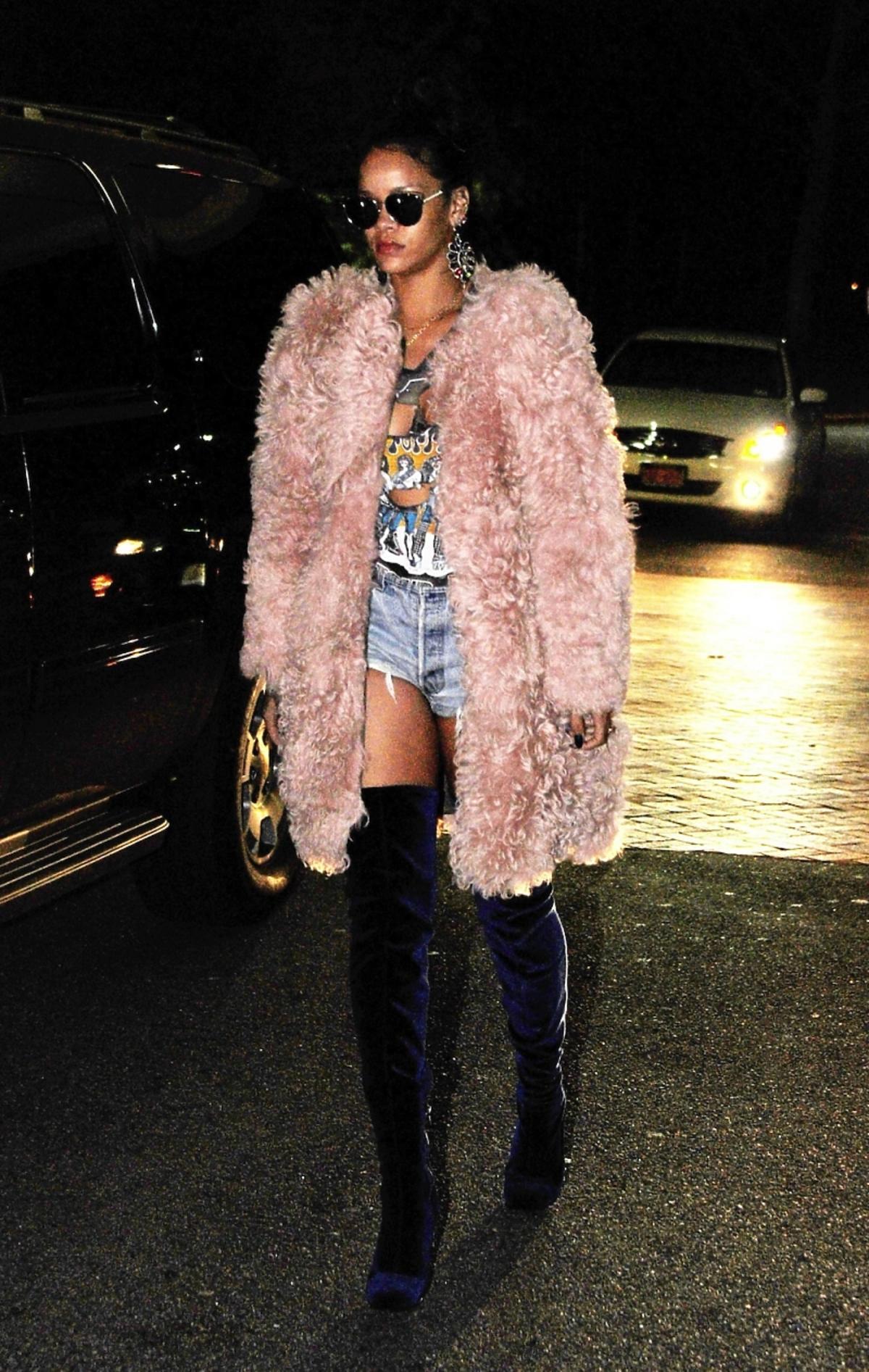 Rihanna w różowym futrze