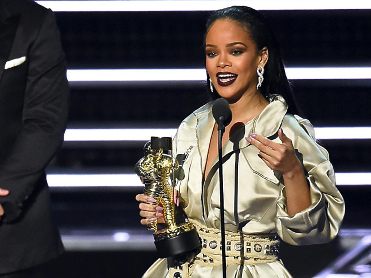Rihanna w złotej kreacji