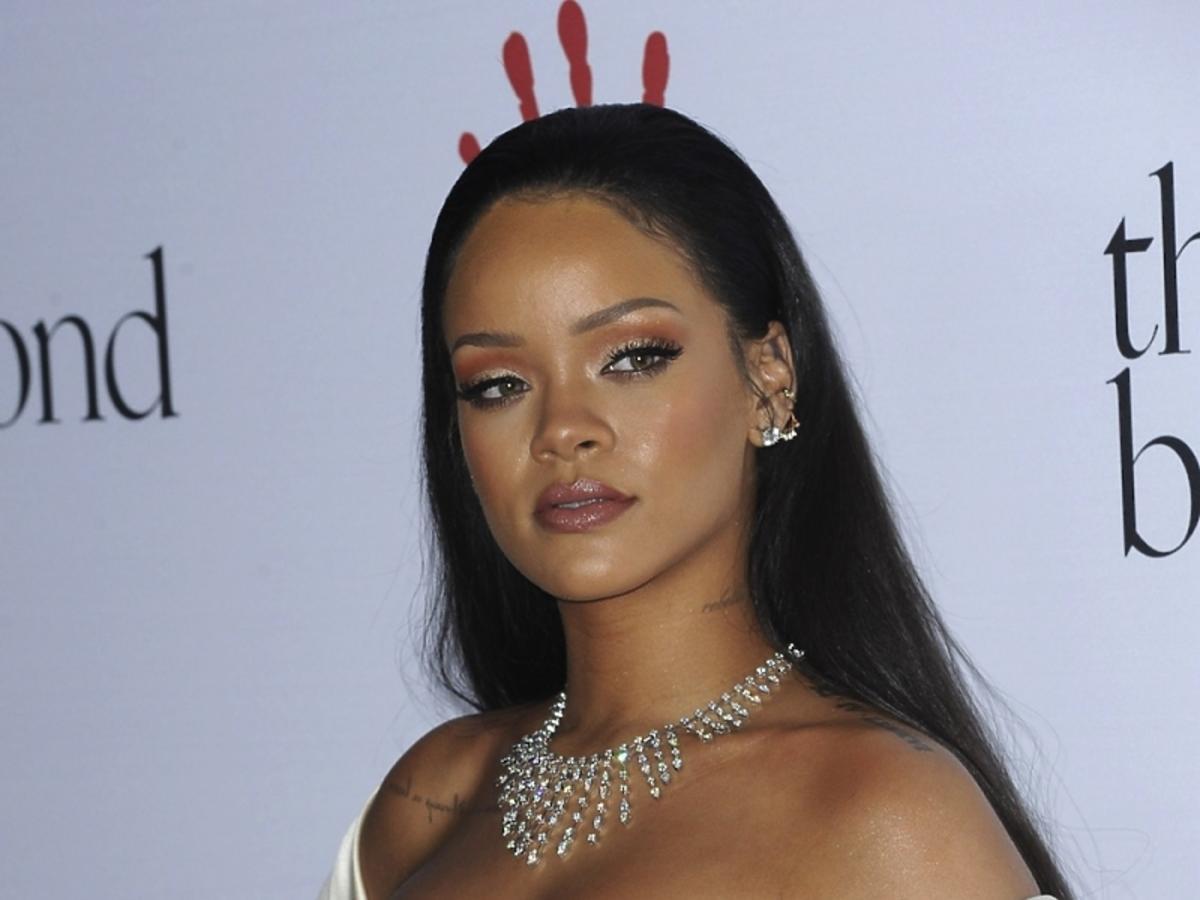 Rihanna w złotej sukience