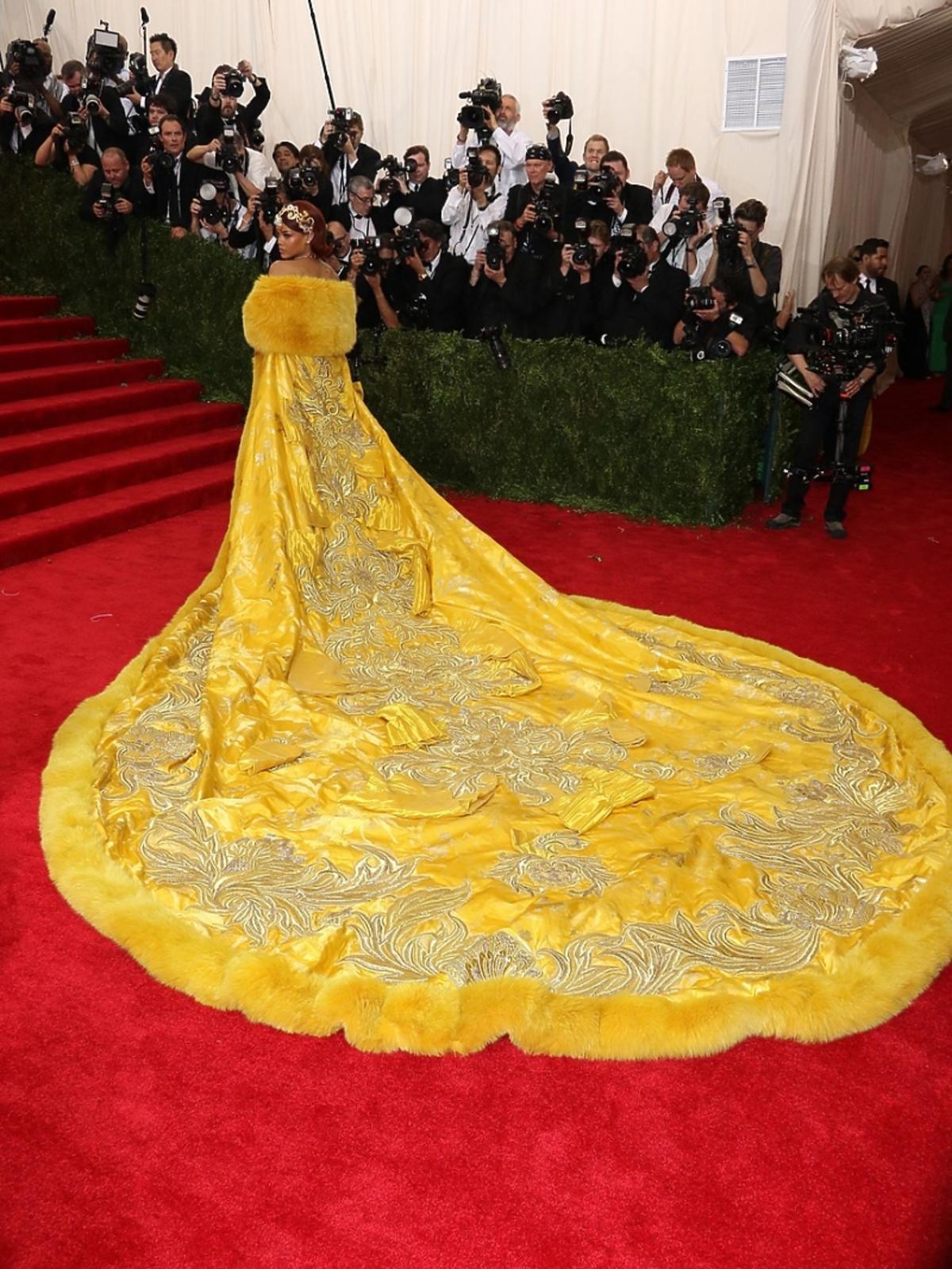 Rihanna w żółtej sukni z trenem