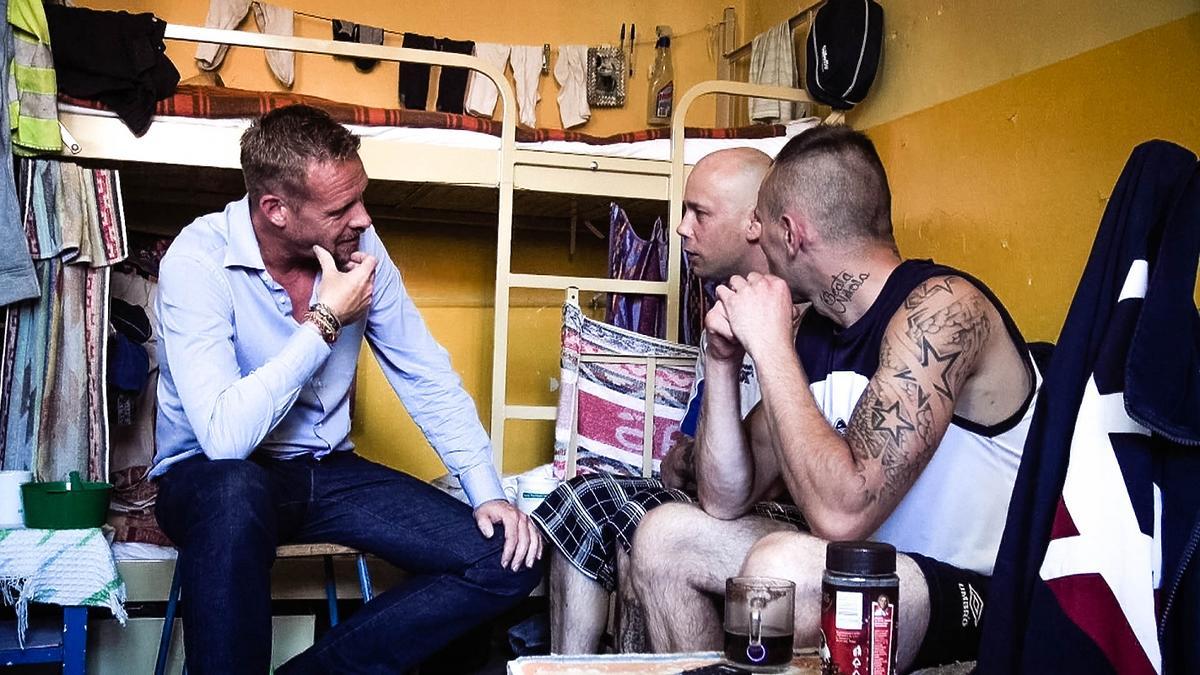 Rinke Rooyens rozmawia z więźniami