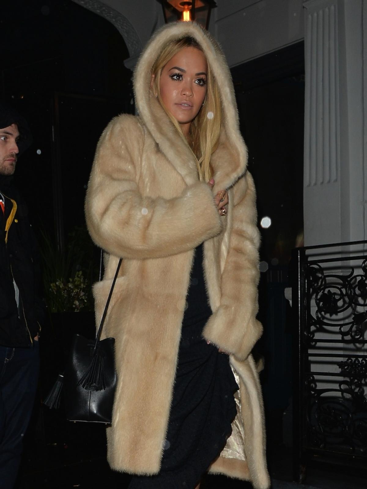 Rita Ora w beżowym futerku z kapturem