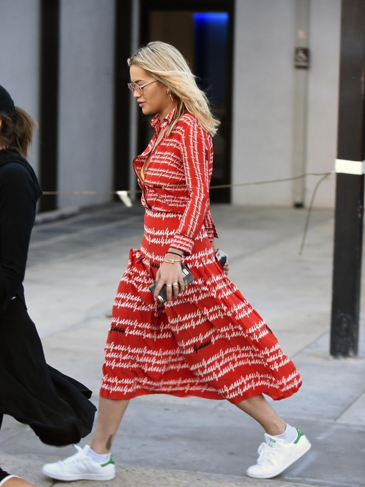 Rita Ora w czerwonej sukience i białych adidasach
