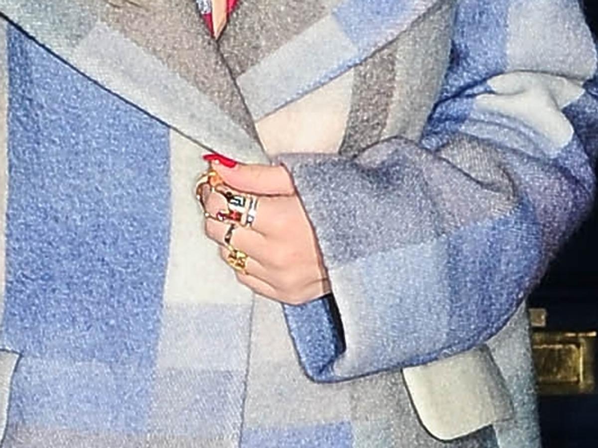 Rita Ora w modnym płaszczu w Londynie