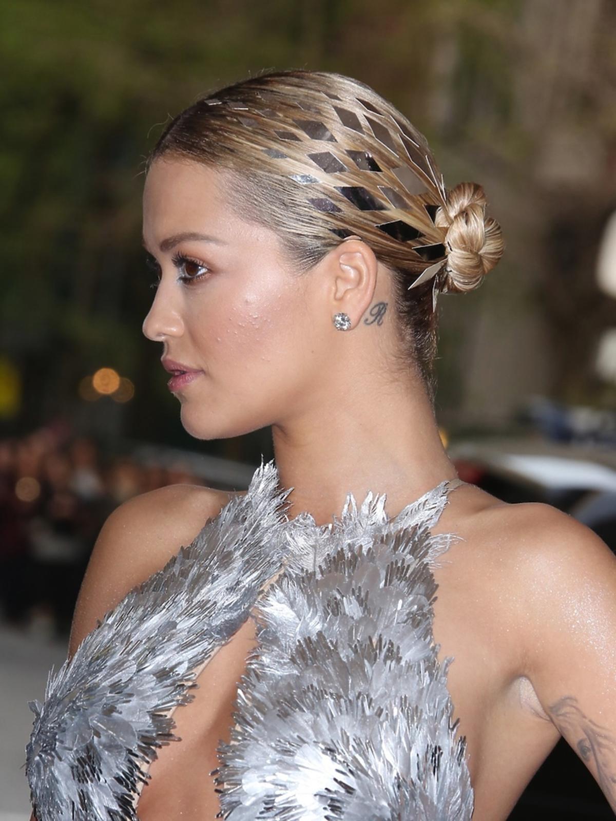Rita Ora w srebrnej sukience z dekoltem i koku