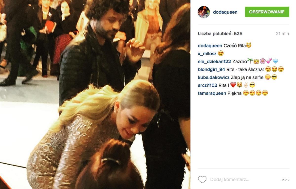 Rita Ora w złotej sukience