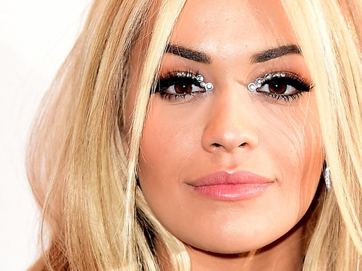 Rita Ora ze srebrnymi kryształkami na powiekach
