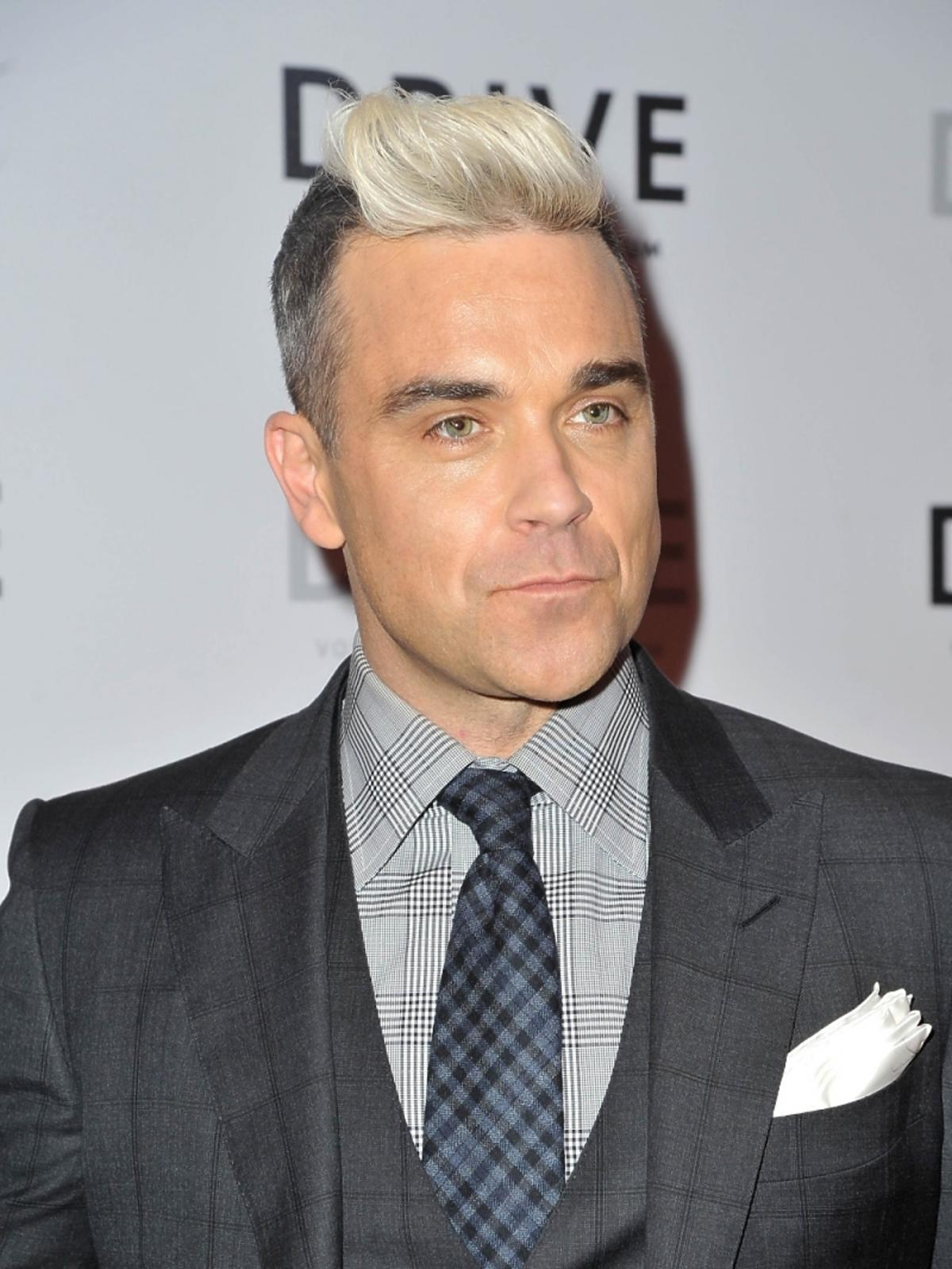 Robbie Williams w blond włosach na imprezie
