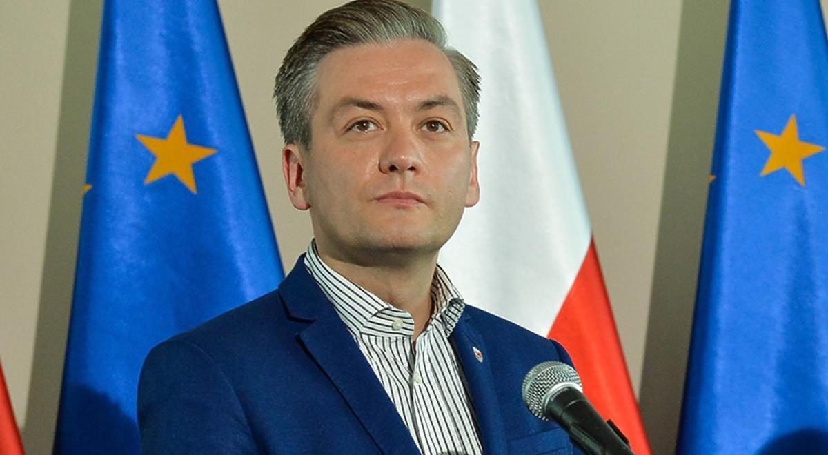 Robert Biedroń przemawia podczas konferencji prasowej