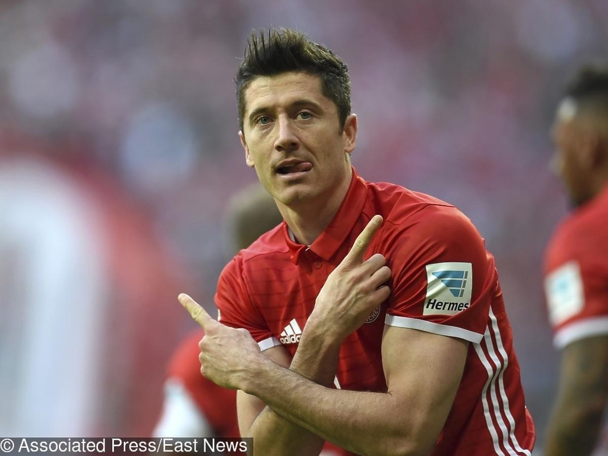 Robert Lewandowski cieszy się po zdobytym golu na meczu Bayern - Borussia