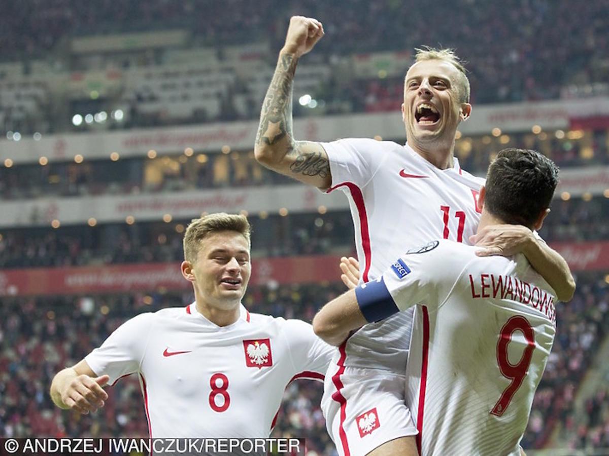 Robert Lewandowski cieszy się z Kamilem Grosickim z gola