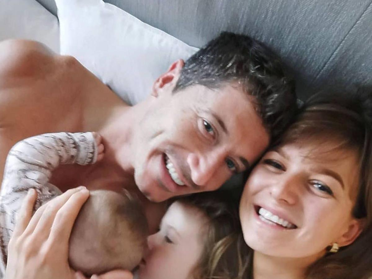 Robert Lewandowski i Anna Lewandowska z córkami w łóżku