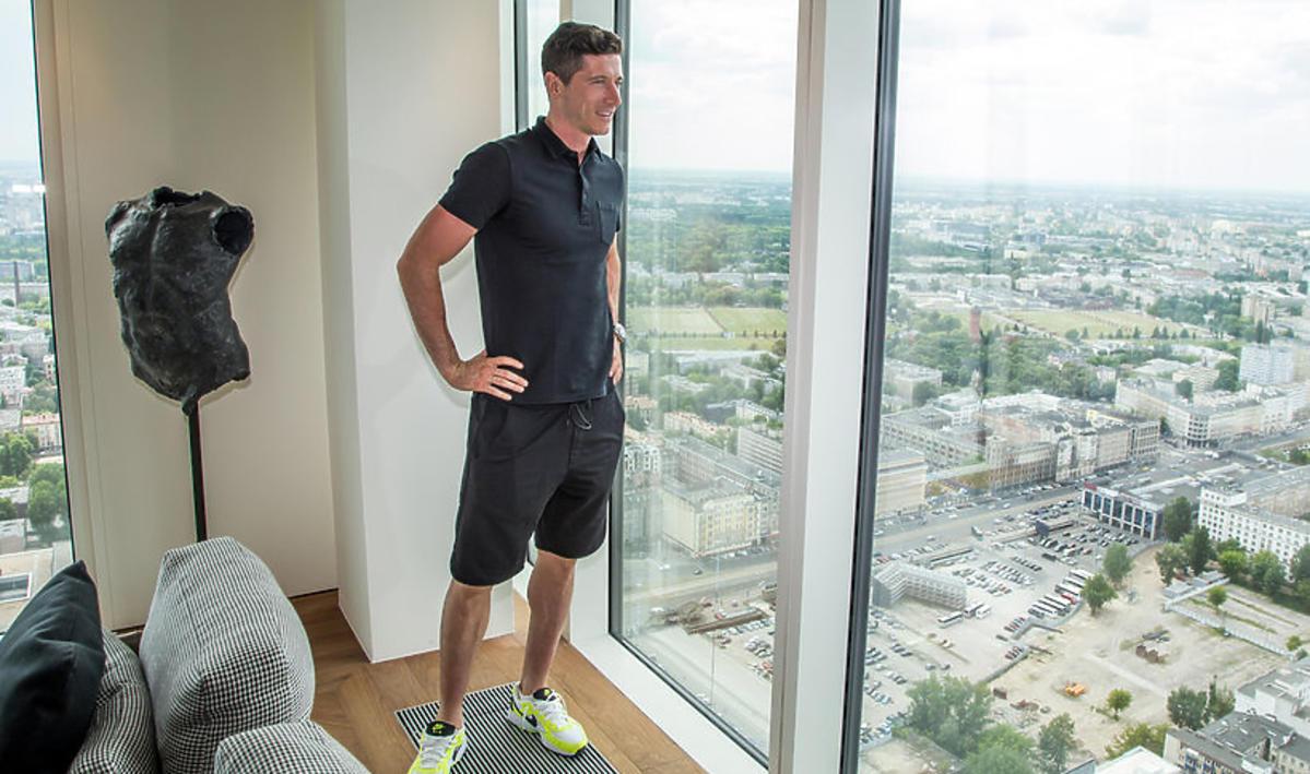 Robert Lewandowski kupuje apartament na Złotej 44 - zobaczcie, jak odbiera klucze