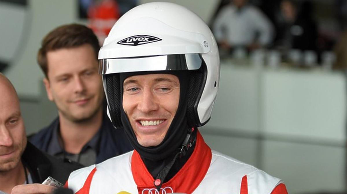 Robert Lewandowski testuje samochody na torze