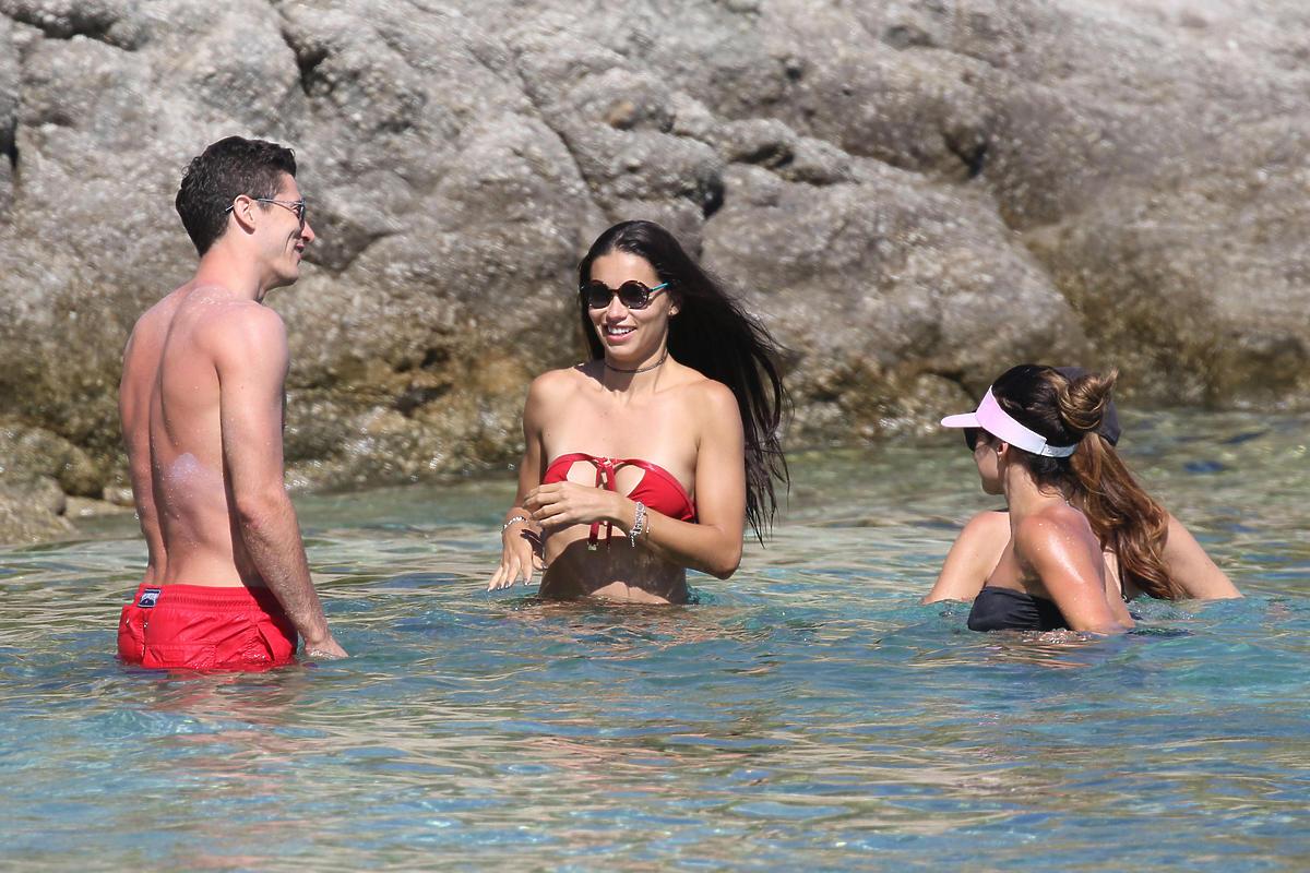 Robert Lewandowski w czerwonych kąpielówkach