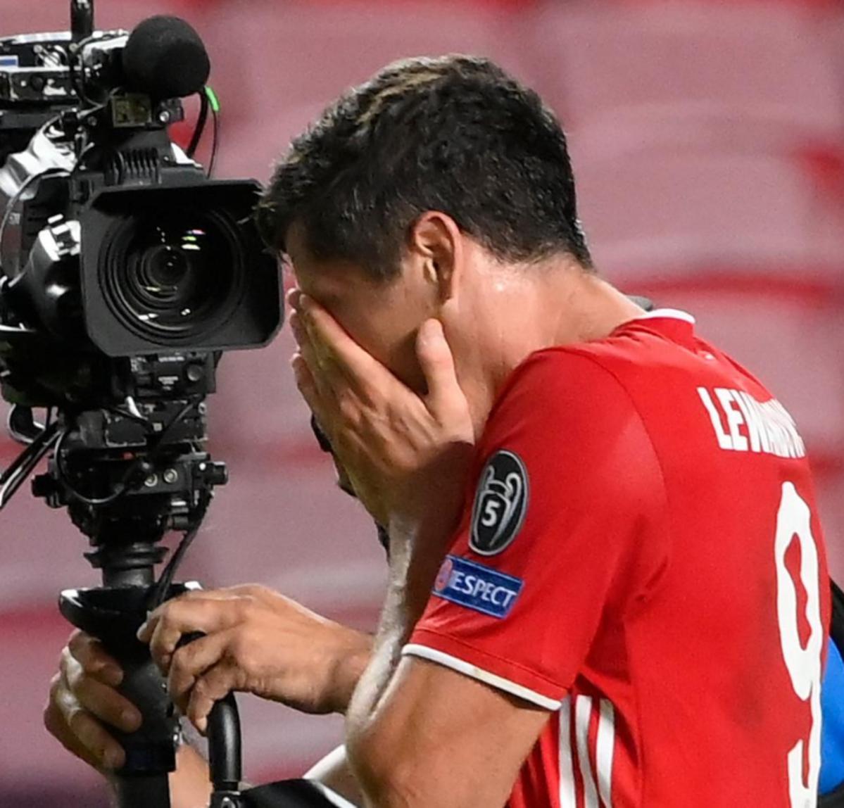 Robert Lewandowski w czerwonym stroju piłkarskim