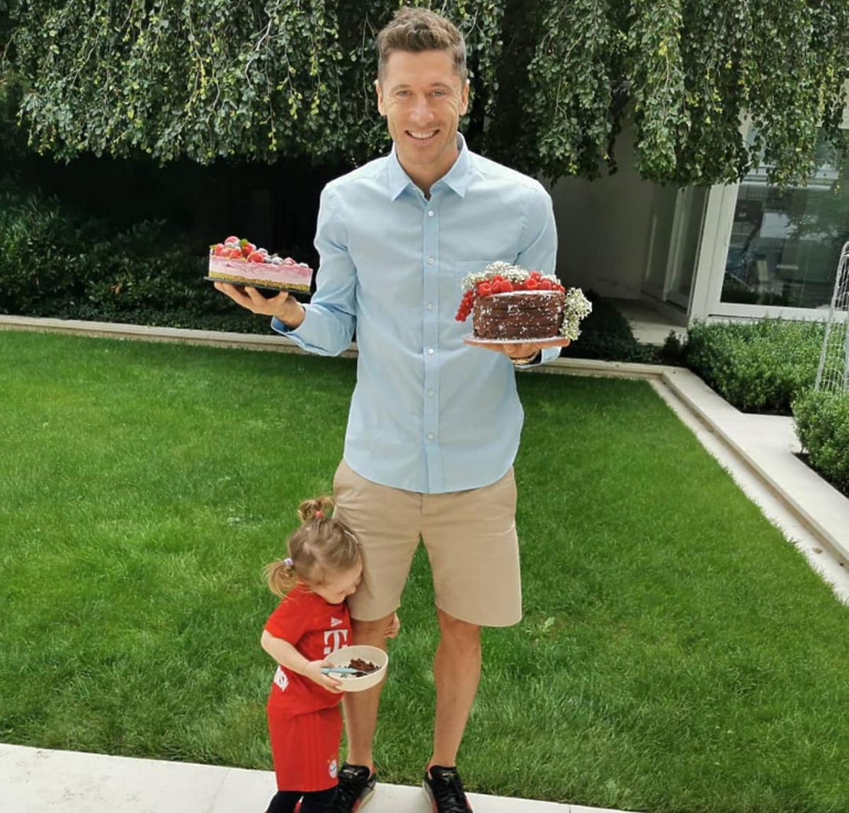 Robert Lewandowski z córką Klarą jedzą tort